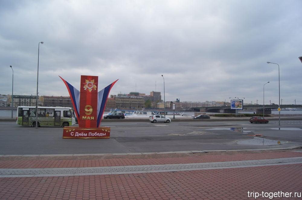 Взгляд Ильича устремлен на Неву и Литейный мост
