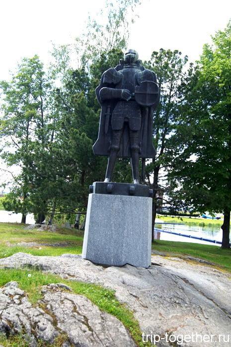 Скульптура рыцаря в Савонлинне