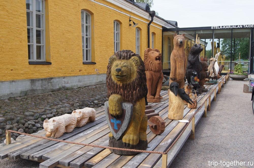 Деревянные скульптуры у художественного музея Южной Карелии