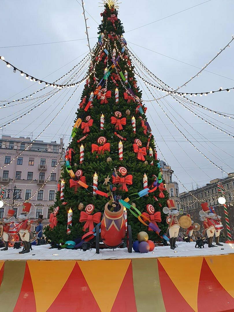 Главная ёлка Новогодней ярмарки 2020-2021 в Санкт-Петербурге