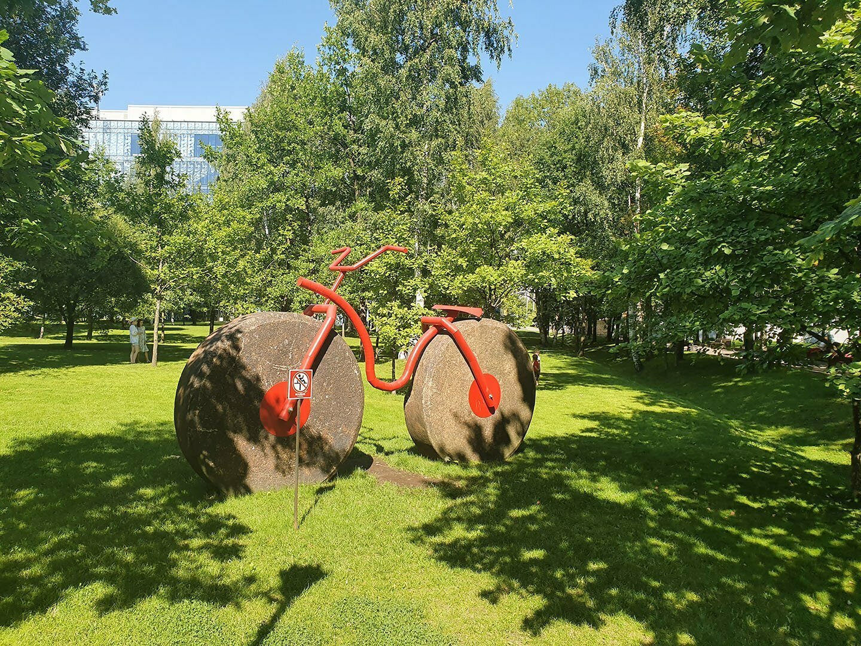 Декоративный велосипед в парке усадьбы Кушелева-Безбородко