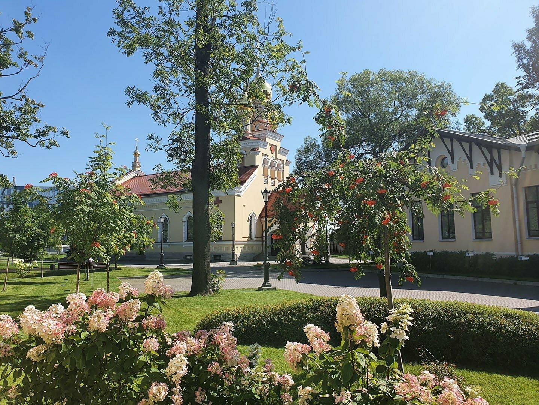 Церковь во имя святителя Пантелеймона, павильон и цветы