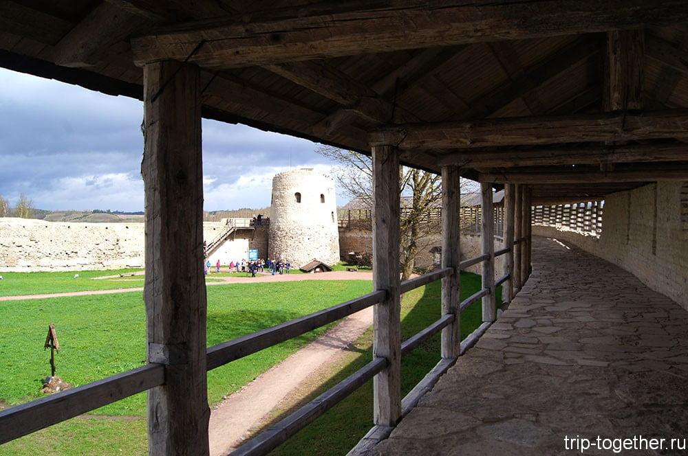 Достопримечательности Изборска - стена крепости