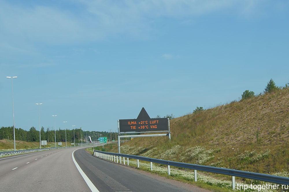 Это летняя фотография цифрового табло в Финляндии