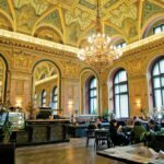 Кафе внутри здания бывшего Парижского универмага