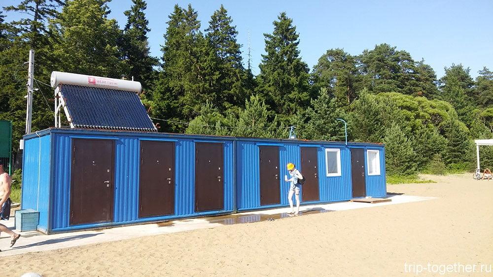 Душевые кабины на пляже в Зеленогорске