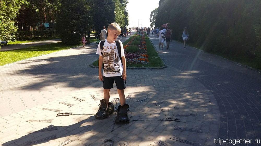 Скульптура ботинки дачника в Зеленогорске