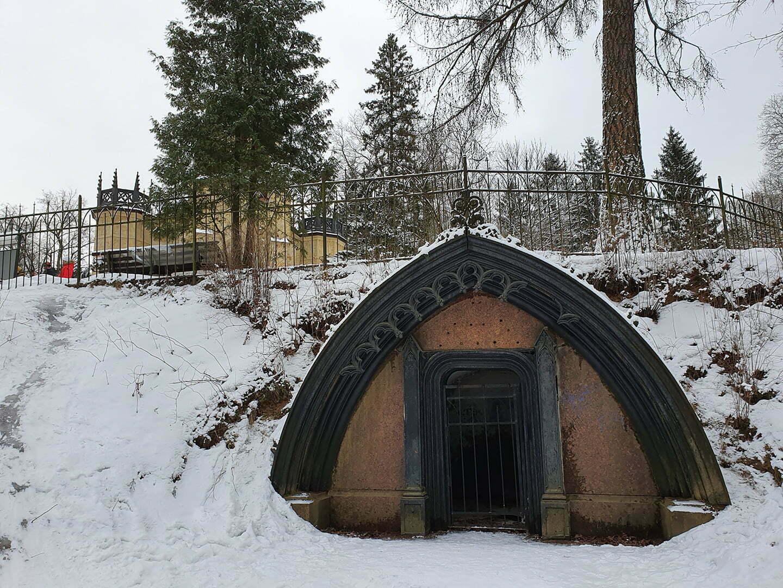 Вход в склеп Адольфа Полье