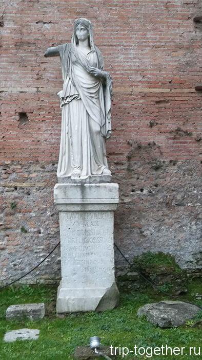 Римский форум, статуя Весталки