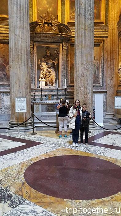 Порфировый круг в полу Пантеона