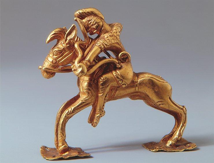 Миниатюрная фигурка конного лучника. V—III вв. до н. э. Приобретена немецким ученым Г. Ф.Миллером, участником Второй Камчатской экспедиции. Золото