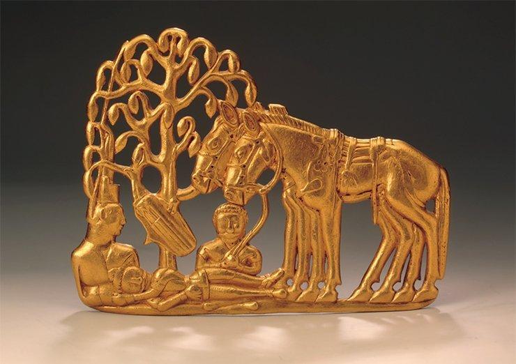 Одна из пары золотых поясных пластин со сценой под деревом, поступивших во второй посылке князя Гагарина, отправленной 12 декабря 1716 г. Предположительно поясная застежка может датироваться V—III вв. до н. э.