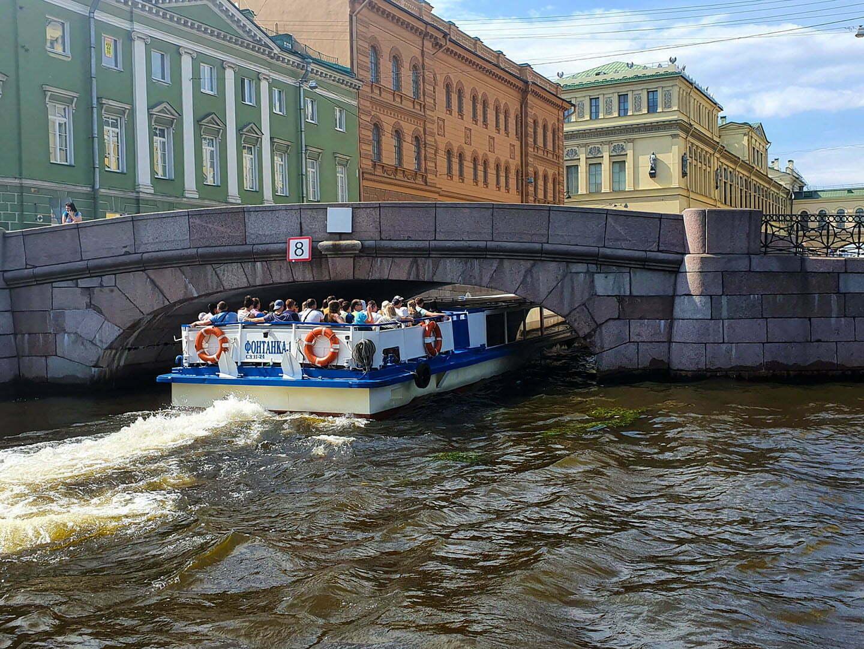Кораблик проходт под низким мостом в Зимнюю канавку