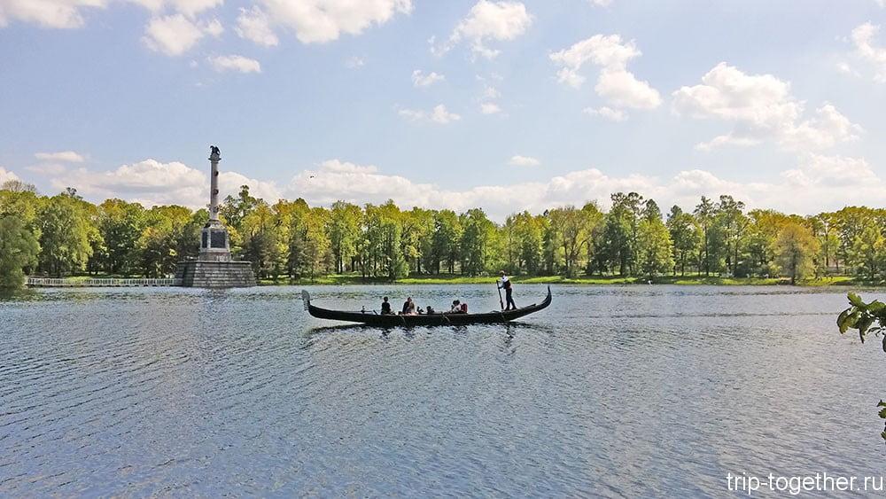 Венецианская гондолла на фоне Чесменской колонны