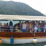 Кораблик у пристани с экскурсией