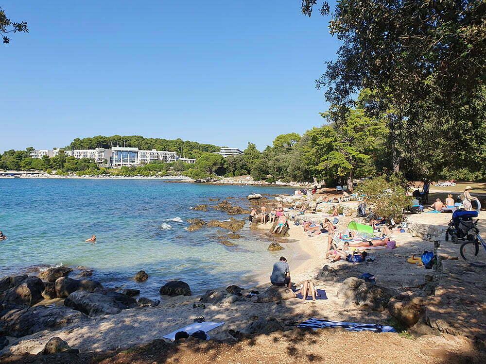 Пляж в со стороны Ровиня