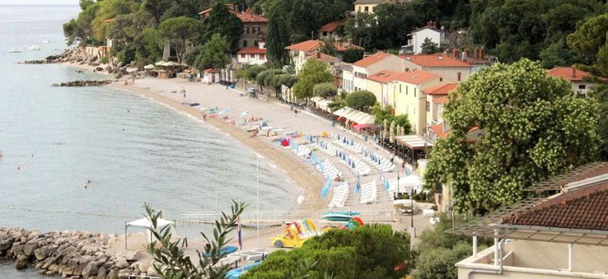 Пляж в посёлке Мошченичка Драга в Хорватии на побережье Опатии