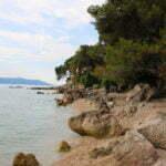 Местами на пляжах могут встречаться камни