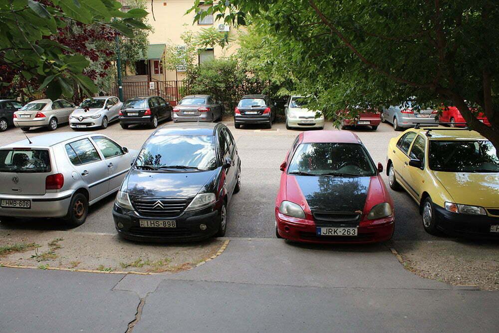 Обыкновенный двор в спальном районе Будапешта