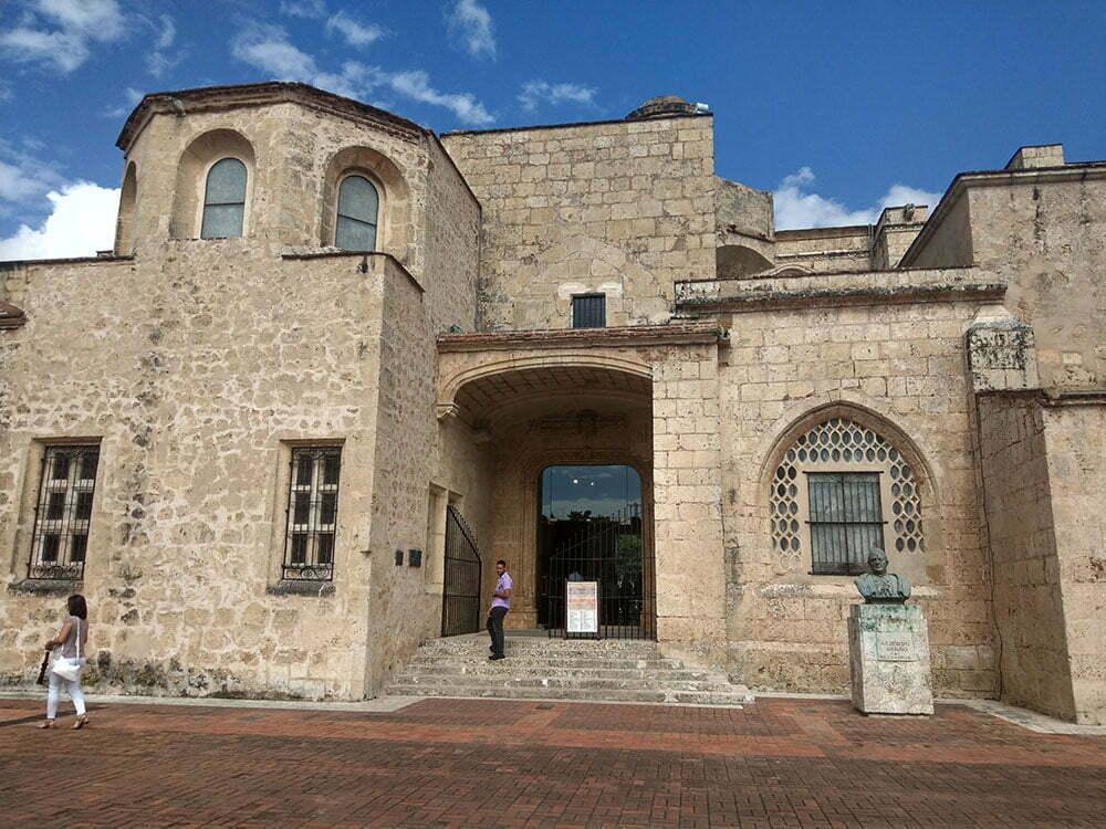 Санто Доминго. Первый Кафедеральный собор Америки, вид сбоку