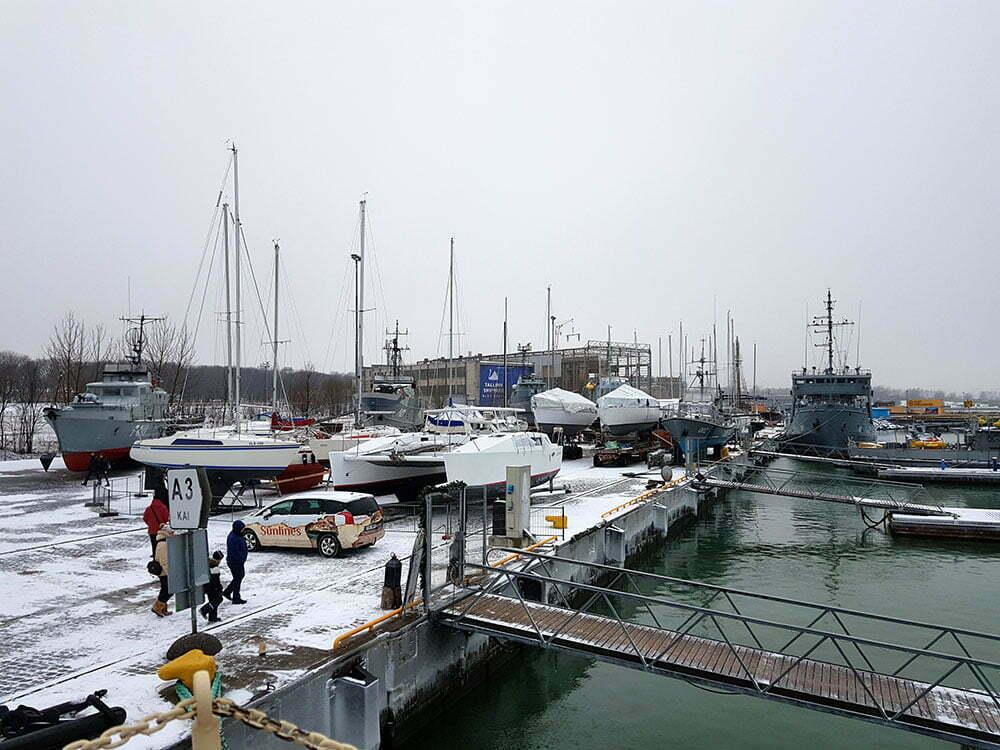 Общий вид на суда-подарки и яхтохранилище