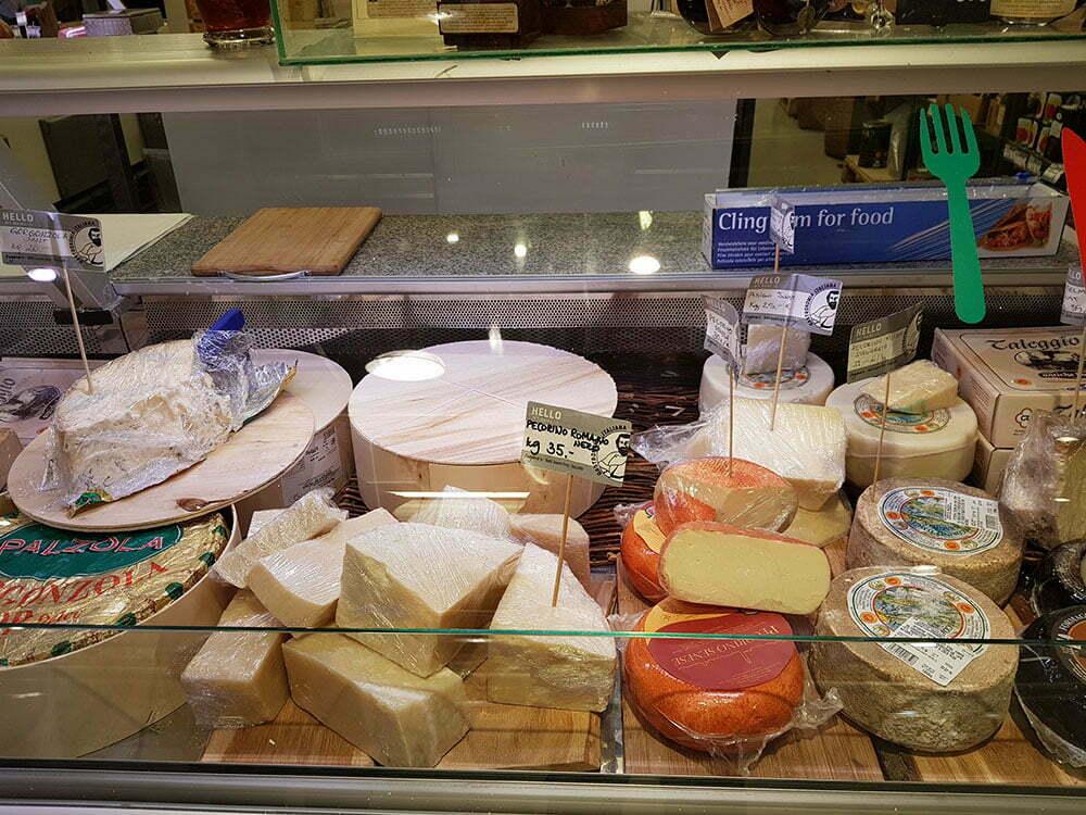 Итальянские сыры на рынке в Таллине