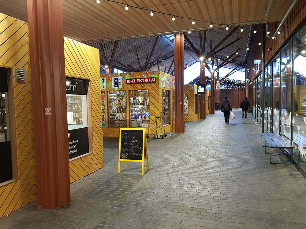 Рынок в Таллине. Уличные павильоны.