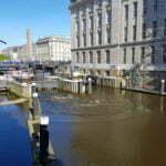 Шлюзование туристического кораблика в центре Гамбурга
