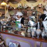 Продавщицы печенек в сувенирном магазине