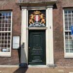 Герб Гауды на дверях административного здания