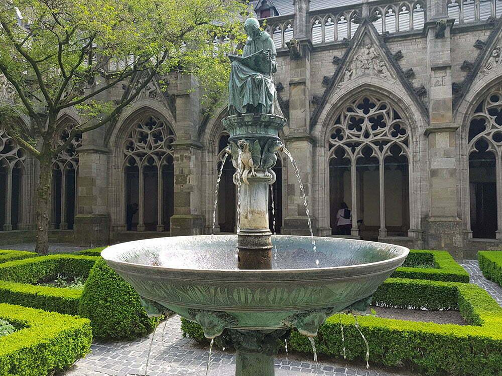 Бронзовая статуя (1913 г.) собора каноника XIV века Хьюго Вестинка