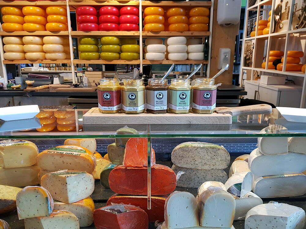 Дегустация сыра с горчицей. Рынок в Роттердаме