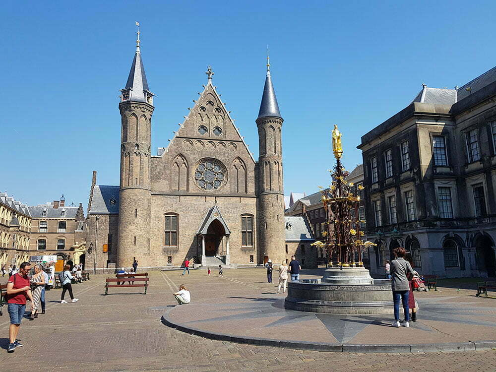 Рыцарский зал и фонтан во дворе Бинненхоф