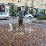 Скульптура девочки на главной улице