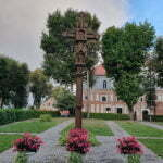 Крест во дворе Архиепископского дома