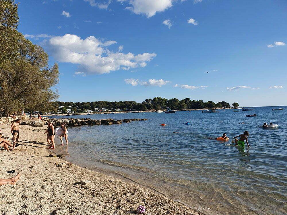 Пляж кемпинга Polari под Ровинем