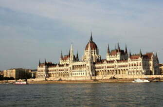 Здание Венгерского парламента в Будапеште на Дунае