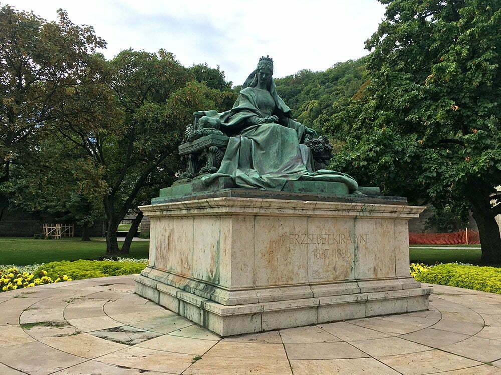 Памятник императрице Сисси у подножия моста Эржбет в Будапеште