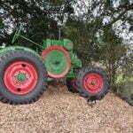 Трактор для обработки виноградников на склонах Пражского града