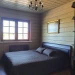 Спальня номера VIP-LUX базы отдыха Онежская усадьба