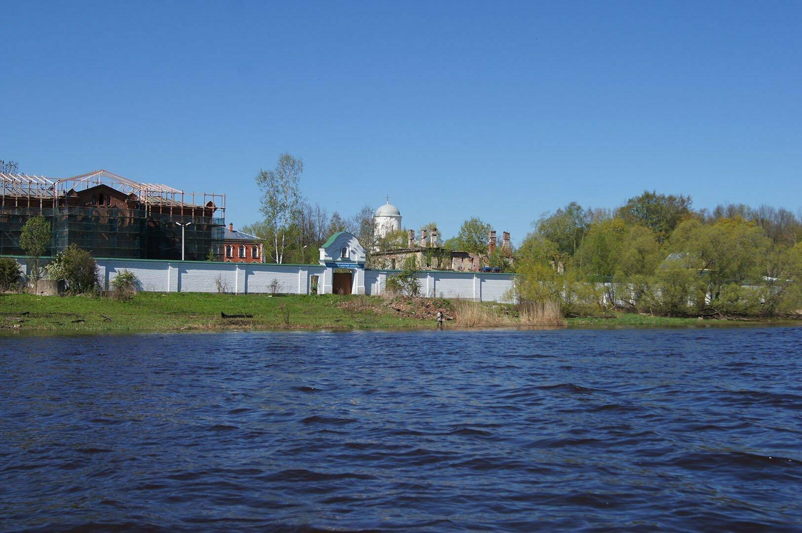 Староладожский Успенский женский монастырь - вид с Волхова