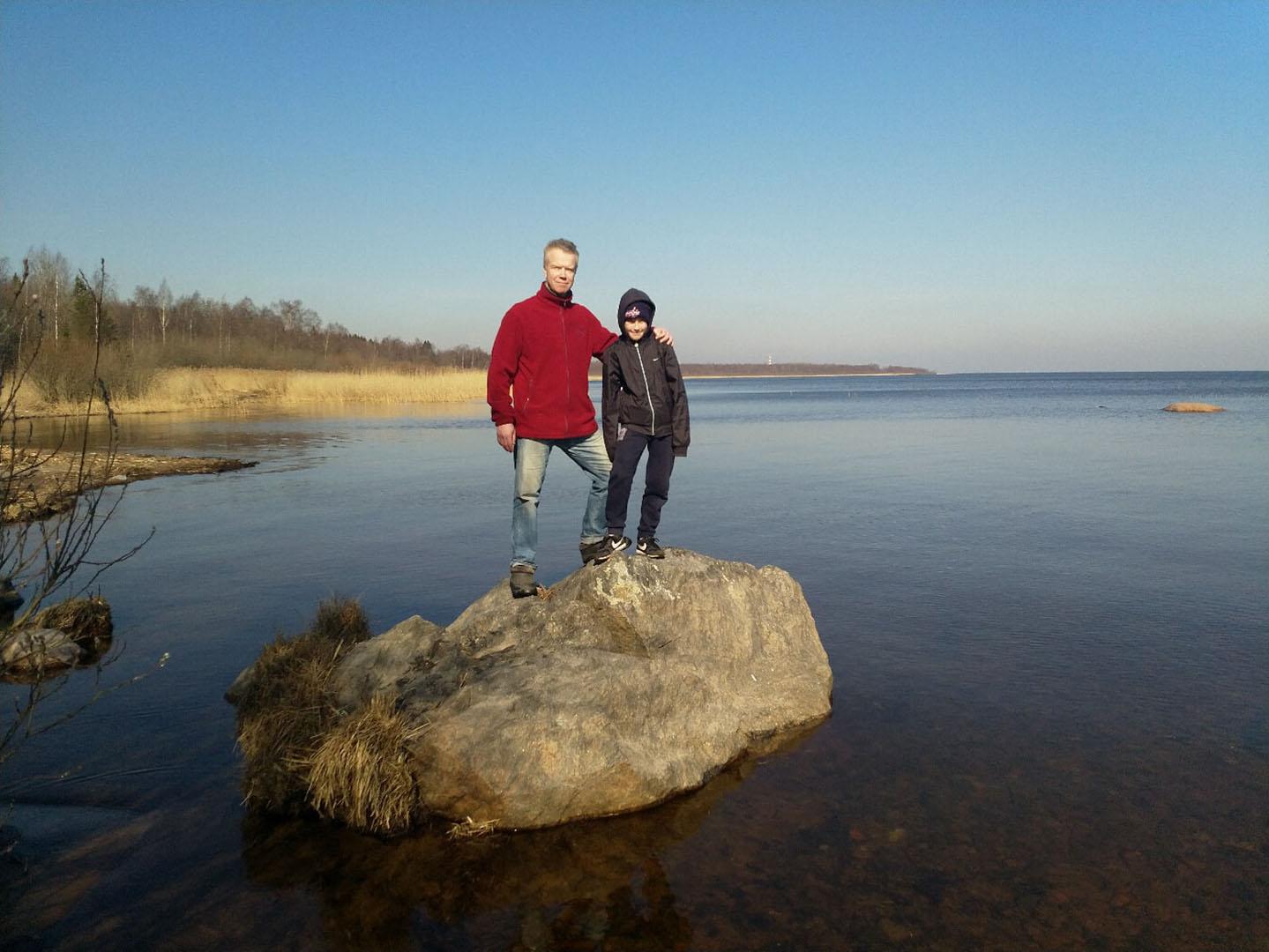 Я с сыном на берегу Ладожского озера