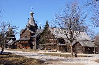 Общий вид налево от входа. Музей деревянного зодчества в Великом Новгороде