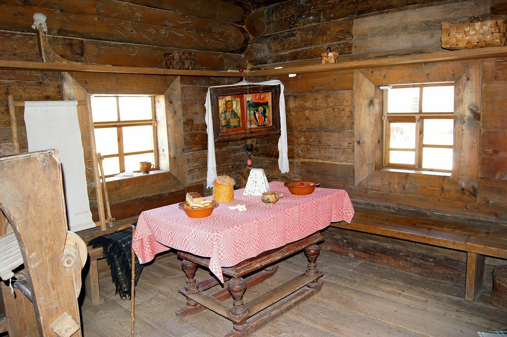 Стол накрытый к Пасхе (изба Царевой) Музей деревянного зодчества в В. Новгороде