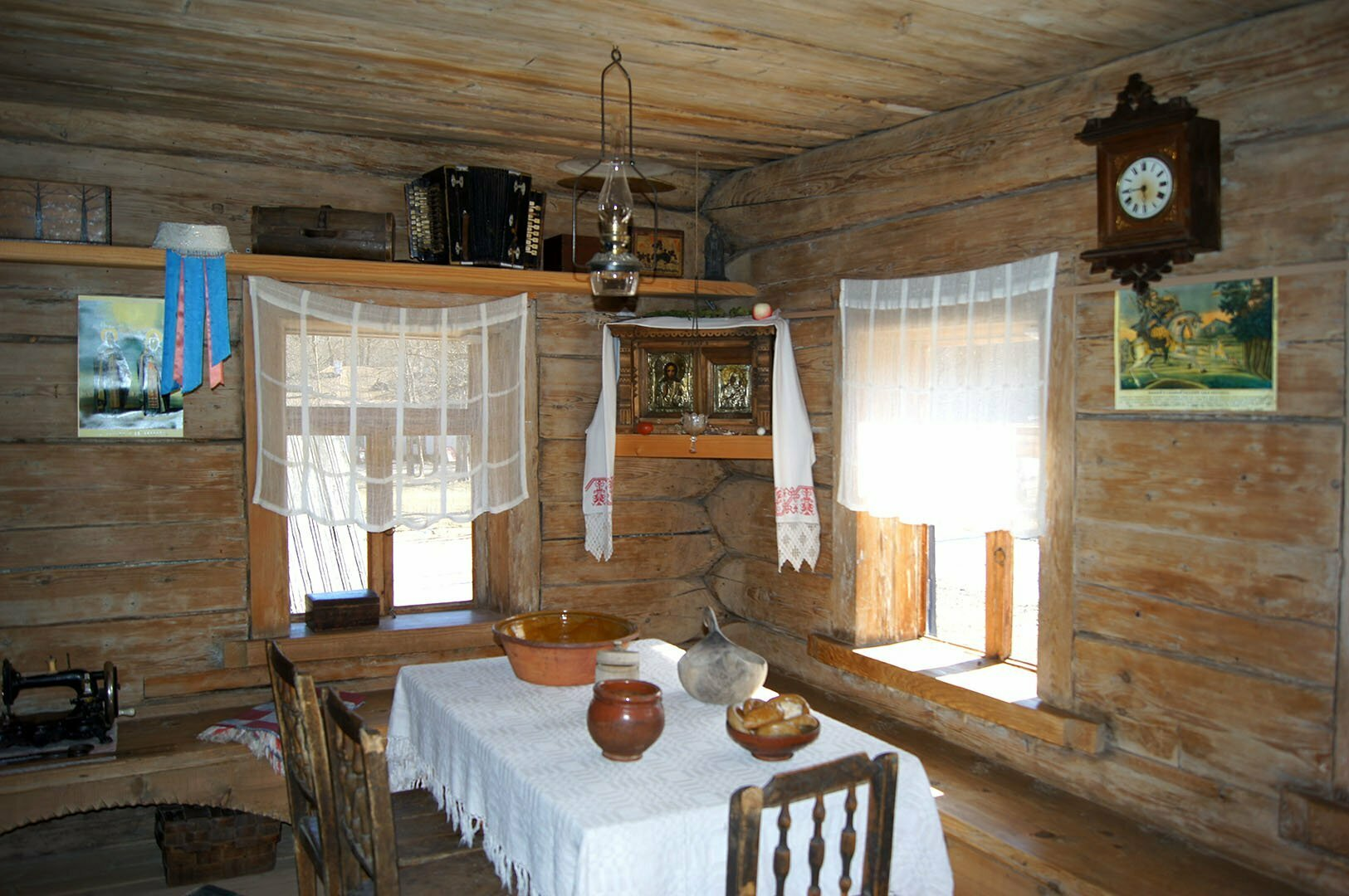 Передний угол в избе Екимовой. Музей деревянного зодчества в Великом Новгороде