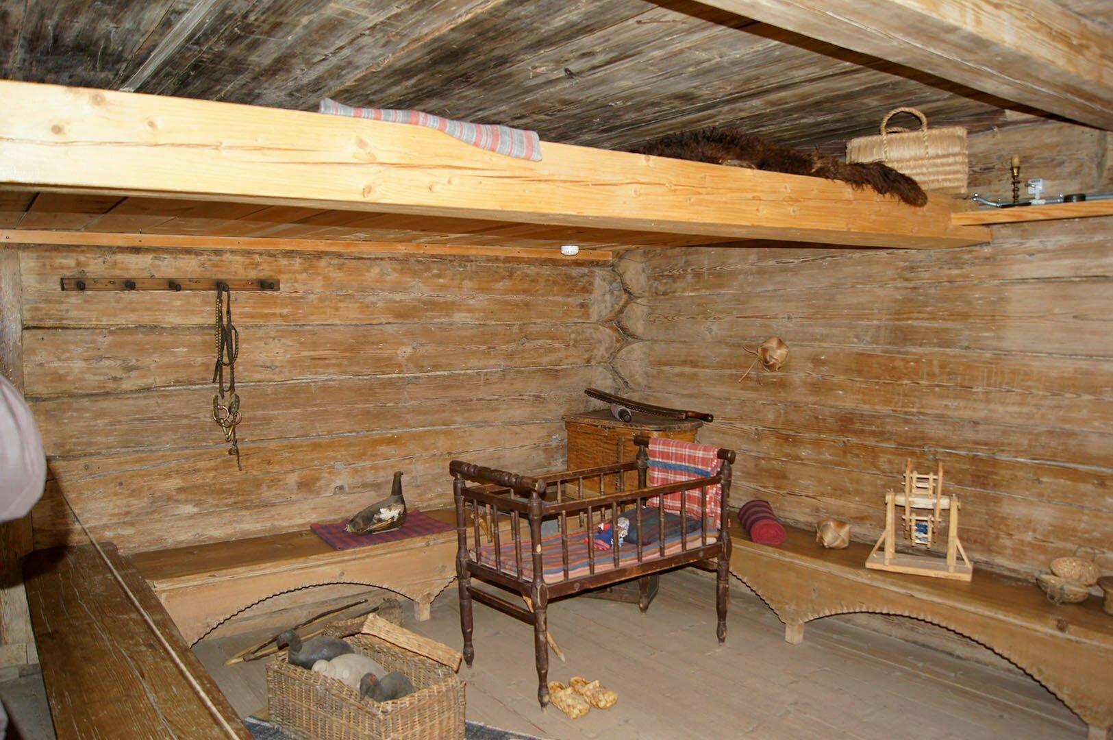 Полати и детская кроватка в избе Екимовой. Музей деревянного зодчества в В. Новгороде