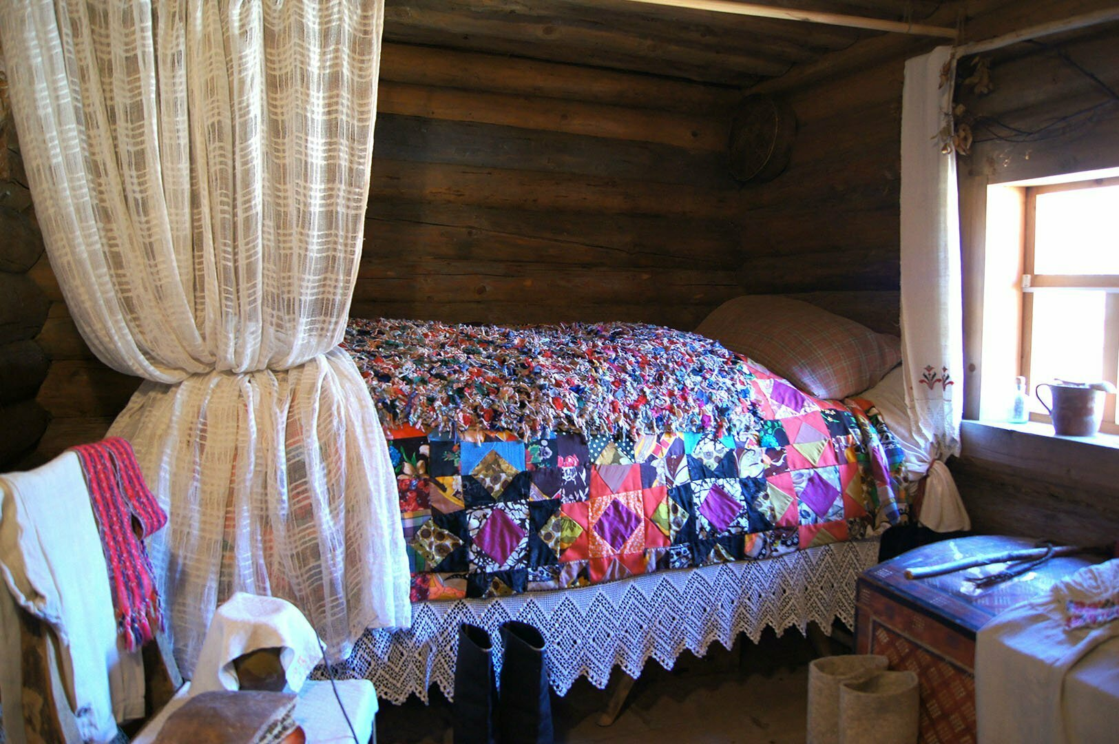 Кровать в избе Утенковой, Музей деревянного зодчества в Великом Новгороде