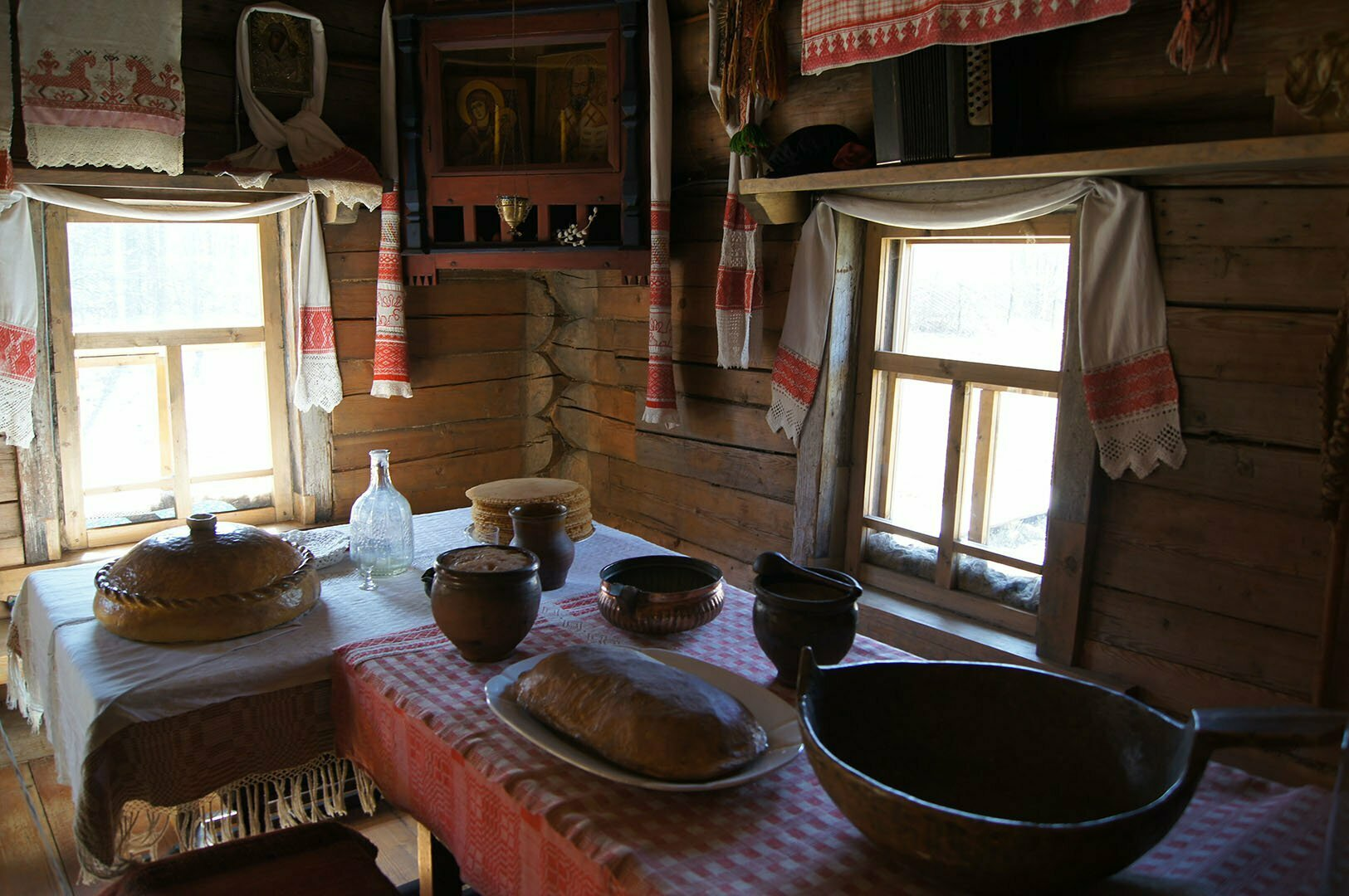 Стол убранный для свадебного в избе Утенковой, Музей деревянного зодчества в Великом Новгороде