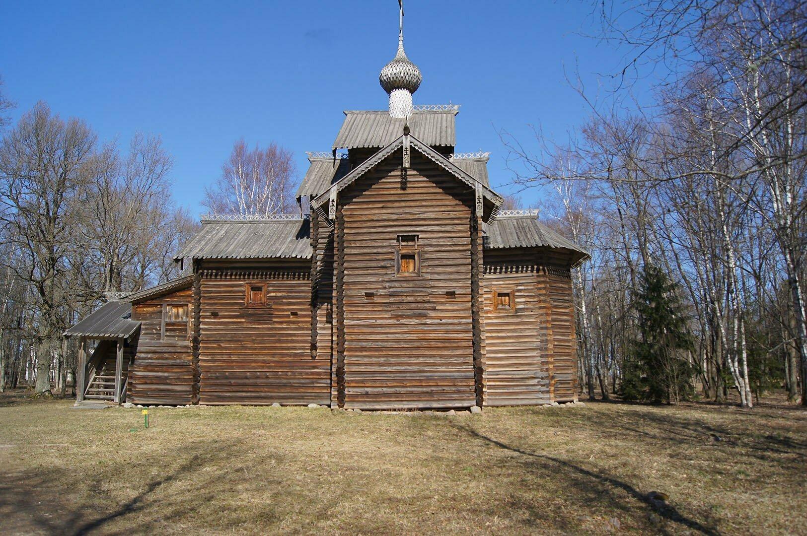 Никольская церковь (1642 год) из деревни Мякишево Хвойнинского района. Музей деревянного зодчества в Великом Новгороде