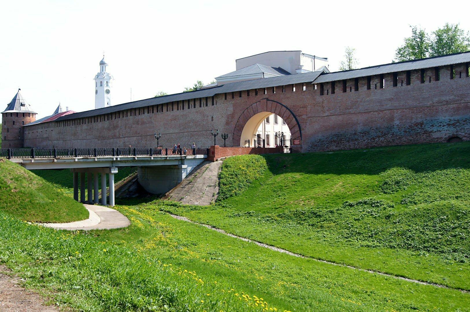 Вход в Новгородский Кремль со стороны Сенной площади
